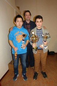 Rechts de trotse winnaar William Shakverdian met de wisselbeker